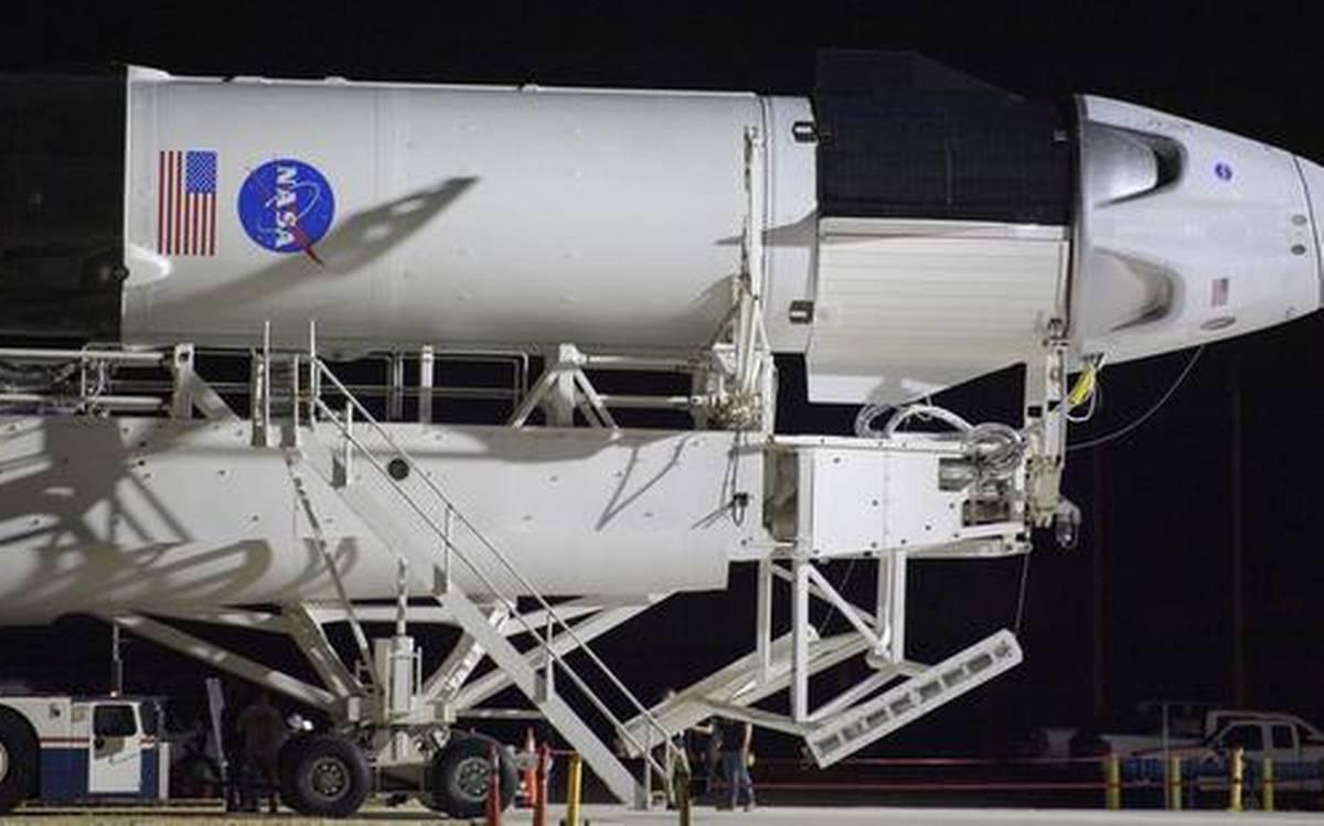 Chuyến bay lịch sử của SpaceX và NASA bị hoãn do thời tiết xấu