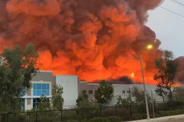 Nhà kho Amazon chìm trong biển lửa