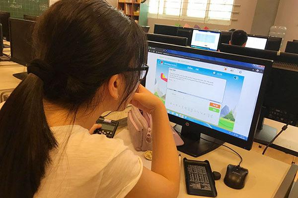 Hơn 11.000 học sinh cả nước dự vòng quốc gia thi giải Toán, Vật lí qua mạng