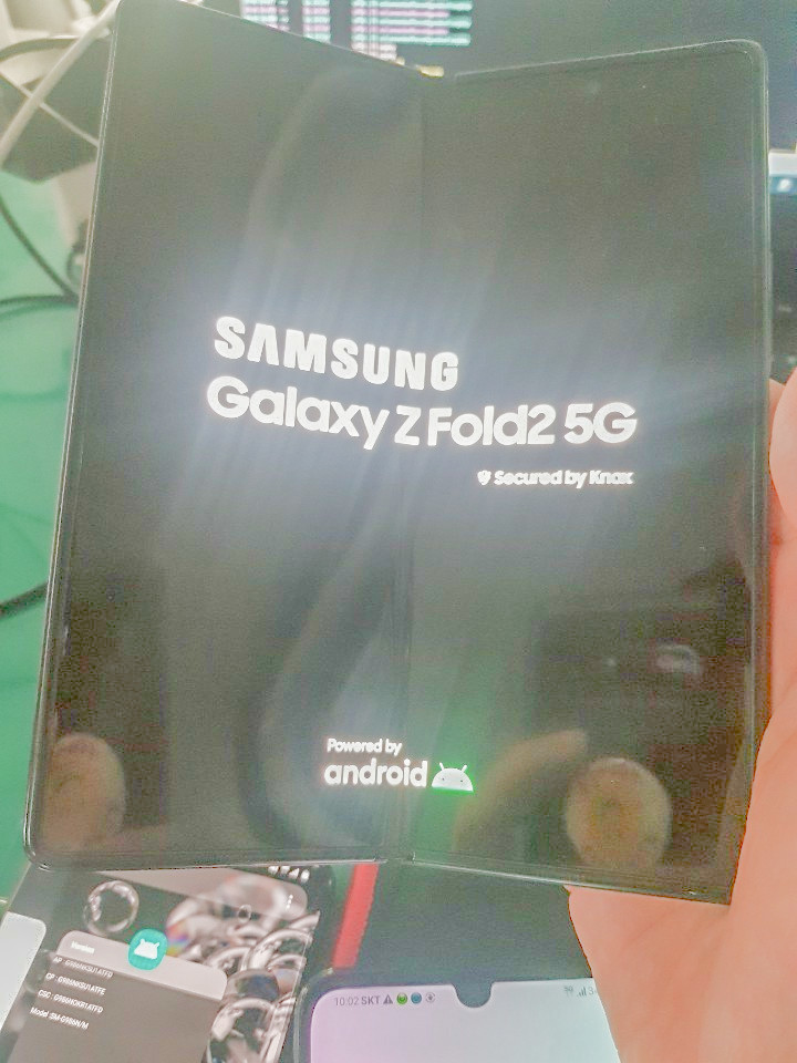 Galaxy Z Fold 2 lộ ảnh thực tế: Sự kết hợp của Galaxy Z Flip và Galaxy Fold?