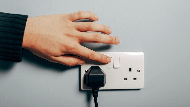 Khi nào nên rút ra cắm lại thiết bị điện tử?