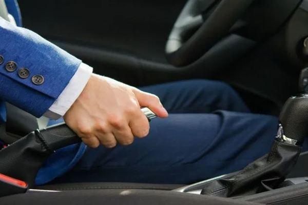 Những sai lầm cần tránh khi sử dụng phanh tay xe hơi