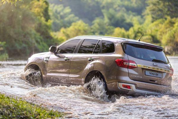 Kinh nghiệm lái xe qua vùng ngập nước an toàn