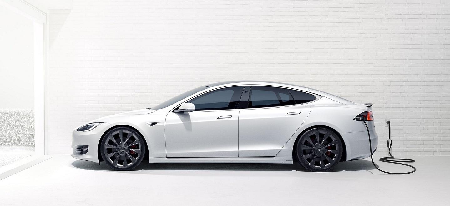 Xe Tesla được thêm tính năng nhắc đóng cửa qua điện thoại