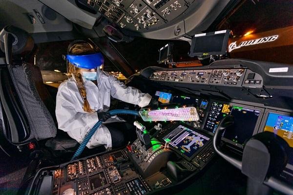 Khử trùng nội thất máy bay bằng đèn cực tím phòng Covid-19
