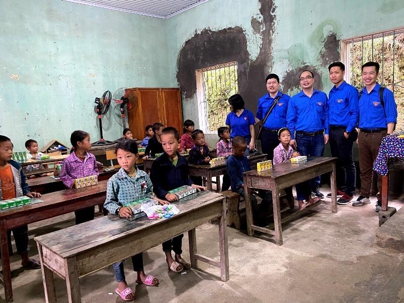 """Tuổi trẻ MobiFone đóng góp """"Món quà yêu thương"""" tới học sinh địa đầu Tổ quốc"""