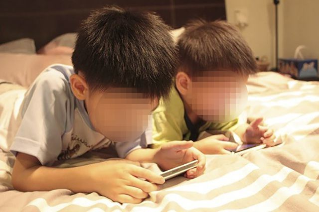 Trẻ con nghiện nghịch điện thoại, bố mẹ dù có giận đến đâu cũng đừng nói những lời này