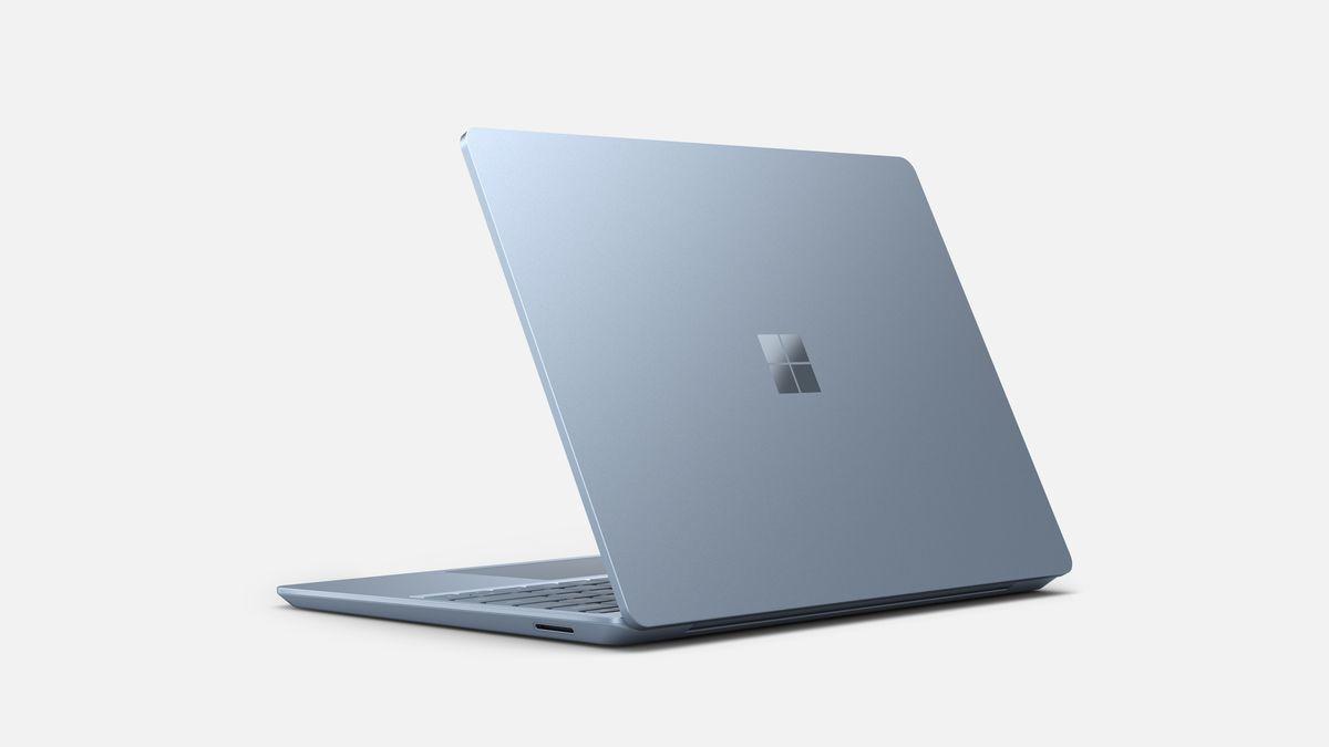 Microsoft tấn công MacBook Air bằng laptop Surface mới, giá 549 USD