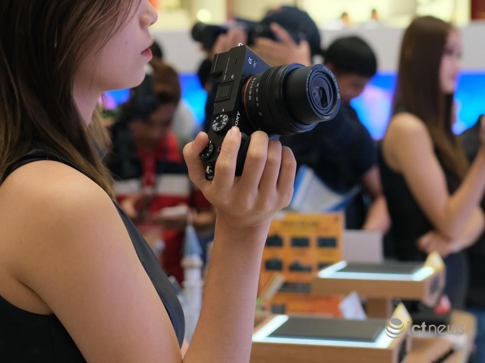 Máy ảnh full-frame nhỏ nhẹ nhất thế giới có giá 41,99 triệu tại Việt Nam