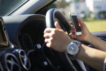 Anh cấm cầm điện thoại khi lái xe