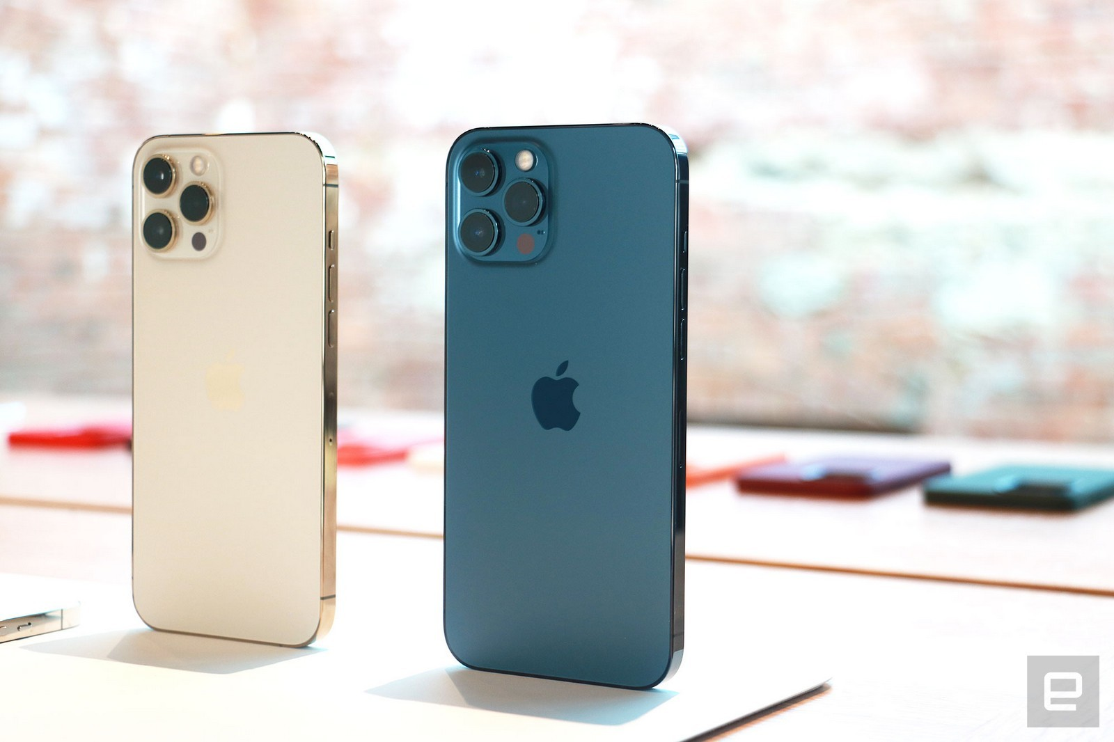 Cận cảnh iPhone 12 mini và iPhone 12 Pro Max trước giờ mở bán