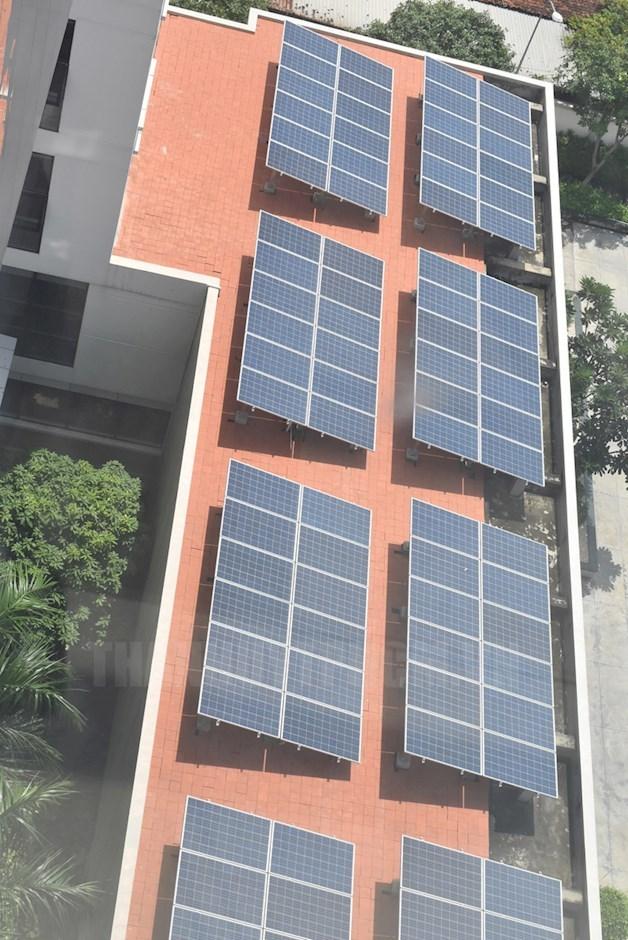 Điện mặt trời trên mái nhà giúp giảm phát thải nhà kính tại công sở