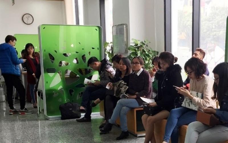 Người Việt rủ nhau dùng app tìm người nộp, rút hộ tiền mặt để không phải xếp hàng