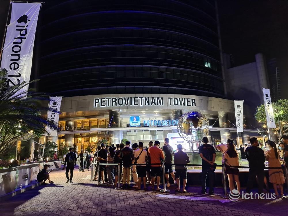 Người dân TP.HCM xếp hàng trong đêm chờ mua iPhone 12