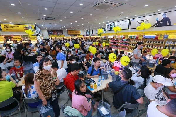 'Đông nghịt' khách từ online đến offline, Thế Giới Di Động là điểm 'nóng' ngày mở bán Iphone12 tại Việt Nam