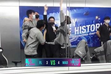 Người hâm mộ tức giận khi Team Flash đánh rơi chiến thắng trước MAD Team