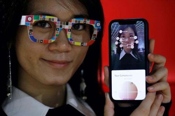 Nhật Bản ra đời kính đo tông màu da khi mua mỹ phẩm online