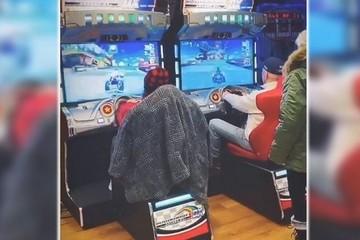 Tổng thống Joe Biden chơi game đua xe cùng cháu gái