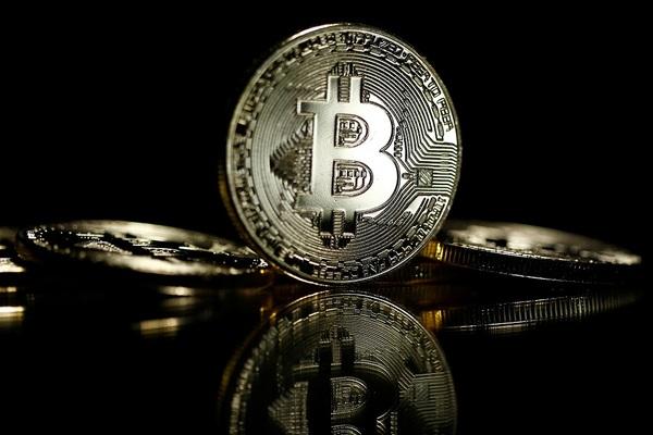 """Điểm lại những tỷ phú """"không bao giờ động đến"""" Bitcoin"""