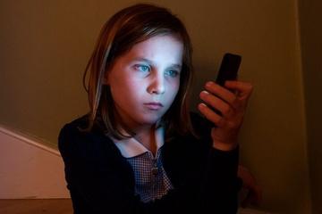 Cha mẹ chật vật để con có Internet tại Anh