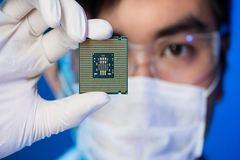 Covid-19 gây ra tình trạng thiếu chip toàn cầu, TSMC đang là 'tâm bão'