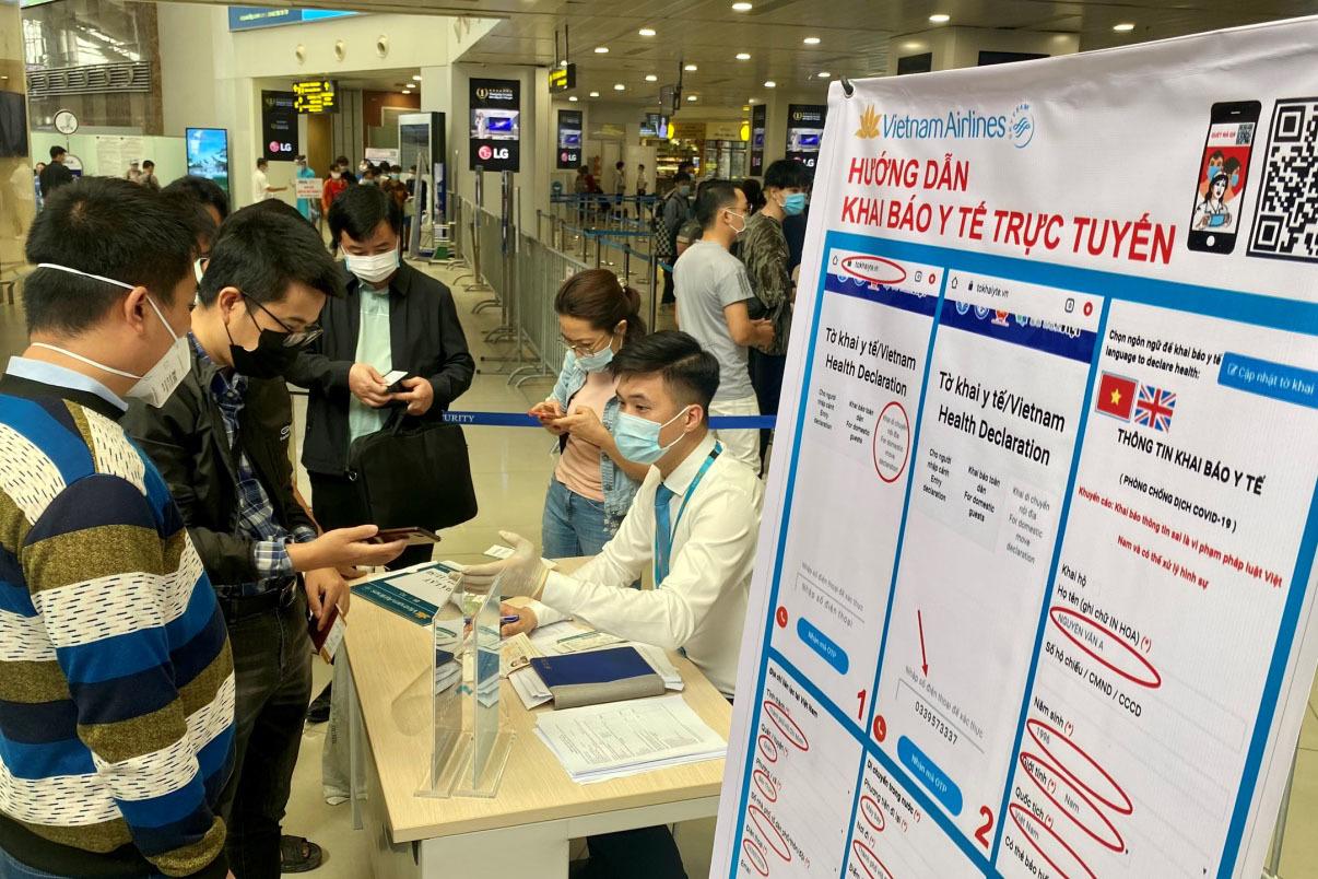 Người dân gọi đến tổng đài hỗ trợ khai báo y tế 18001119 được miễn cước