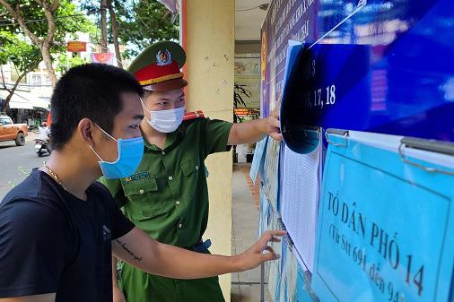 Người dân Đà Nẵng khai báo y tế điện tử trước khi tham gia bầu cử