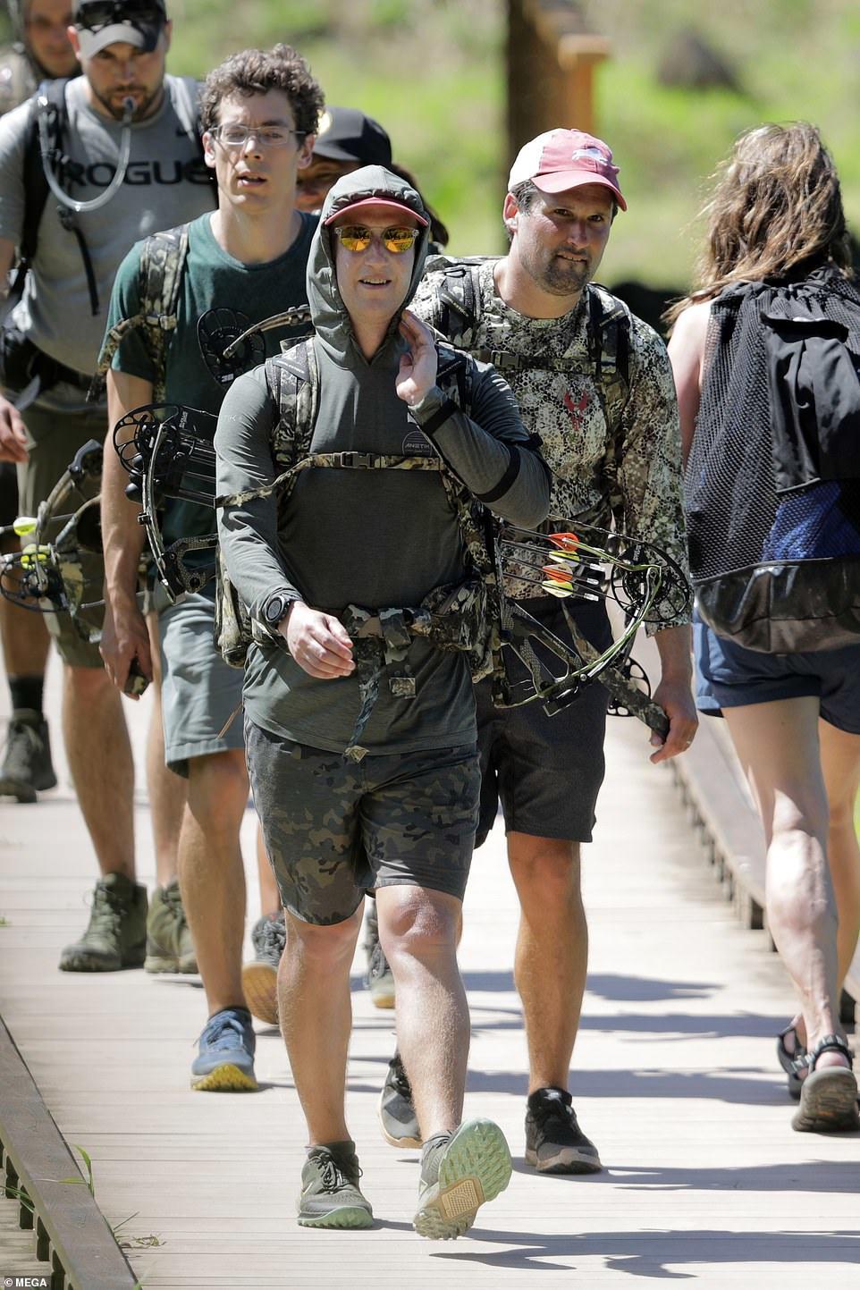 Không đến văn phòng, Mark Zuckerberg 'lên đồ' vào rừng săn bắn