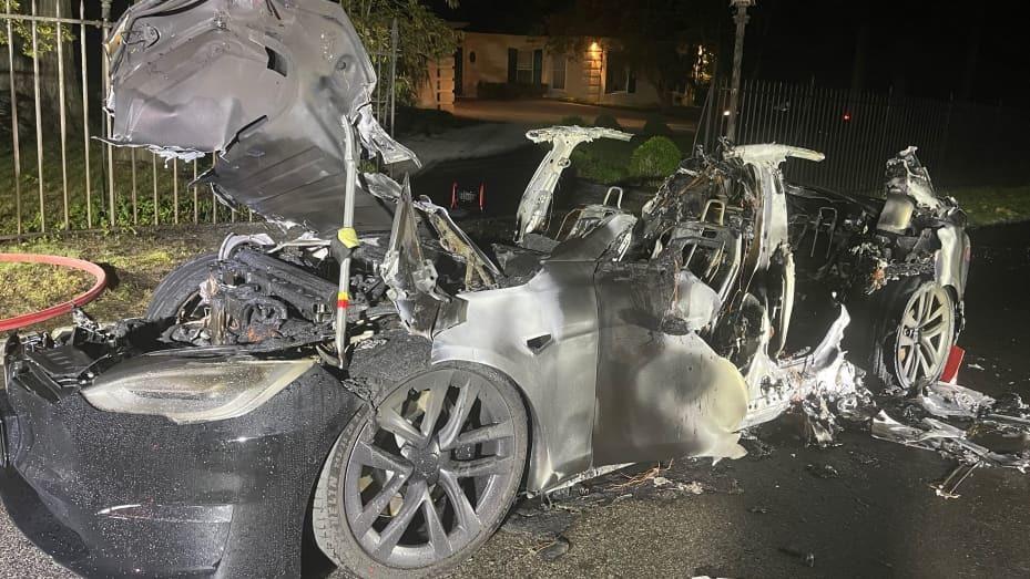 Xe điện Tesla bốc cháy khi tài xế ở bên trong