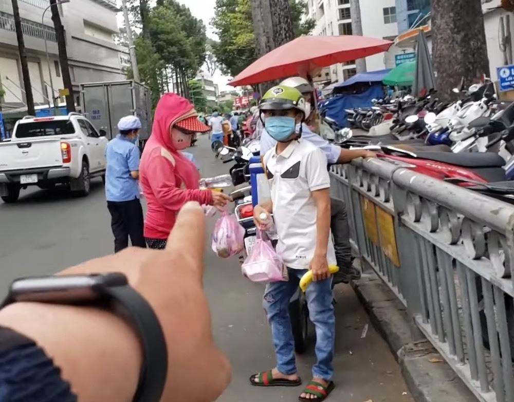 YouTuber vạch mặt người lợi dụng lấy cơm từ thiện đem đi bán
