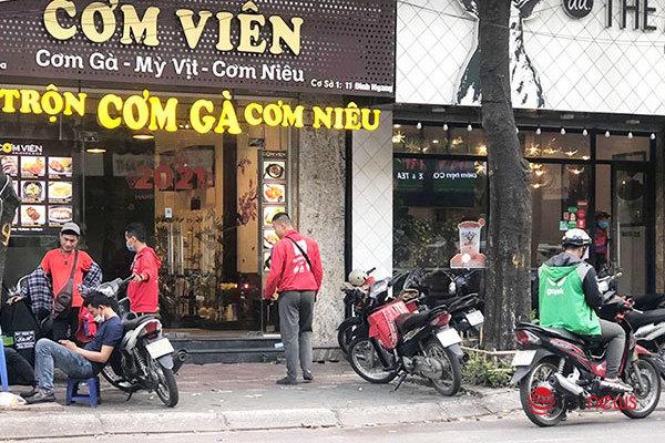 Hà Nội ngập tràn màu áo shipper ngày tái thực hiện quy định bán mang về