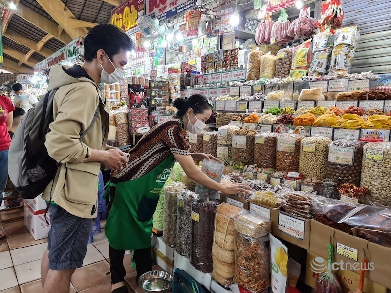 Người đi chợ tại TP.HCM phải quét mã QR