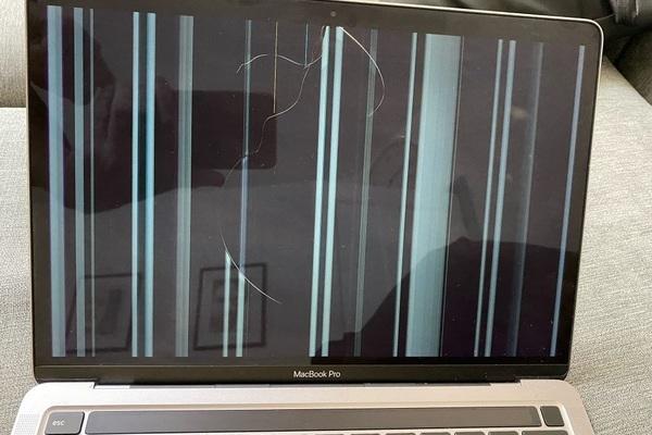 MacBook M1 dính lỗi nứt màn hình