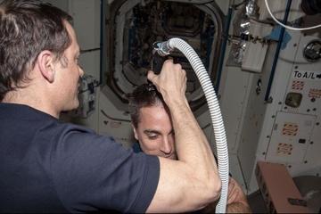 Phi hành gia cắt tóc, gội đầu trên trạm vũ trụ như thế nào