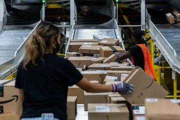 Amazon treo thưởng nửa triệu đô, xế hộp cho nhân viên tiêm vắc xin Covid-19
