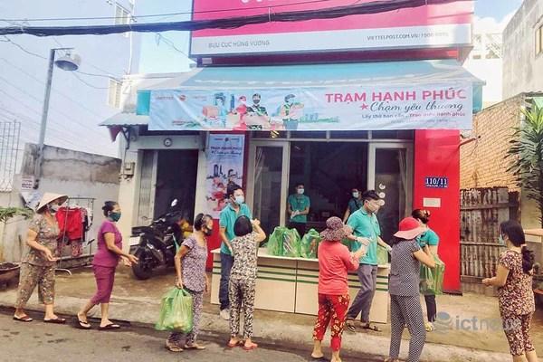 """Mỗi ngày có hơn 2.000 hộ dân TP.HCM nhận quà thực phẩm từ """"Trạm hạnh phúc"""""""