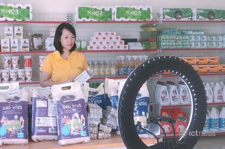 Bưu chính livestream bán thực phẩm, hàng thiết yếu cho người dân các vùng dịch