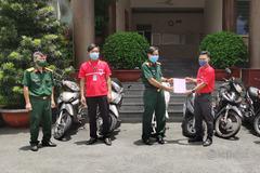Doanh nghiệp bưu chính hỗ trợ xe máy để bộ đội đi chợ hộ người dân TP.HCM