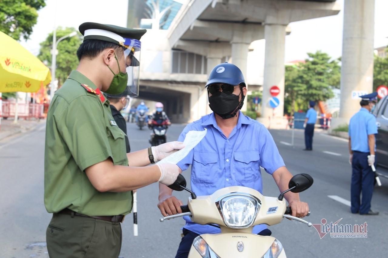 Công an Hà Nội công bố 3 số hotline hướng dẫn người dân đăng ký giấy đi đường