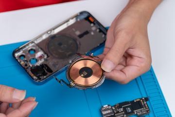 """""""Mổ"""" iPhone 13 Pro tại Việt Nam: Màn hình mỏng hơn, cụm camera thiết kế lại"""