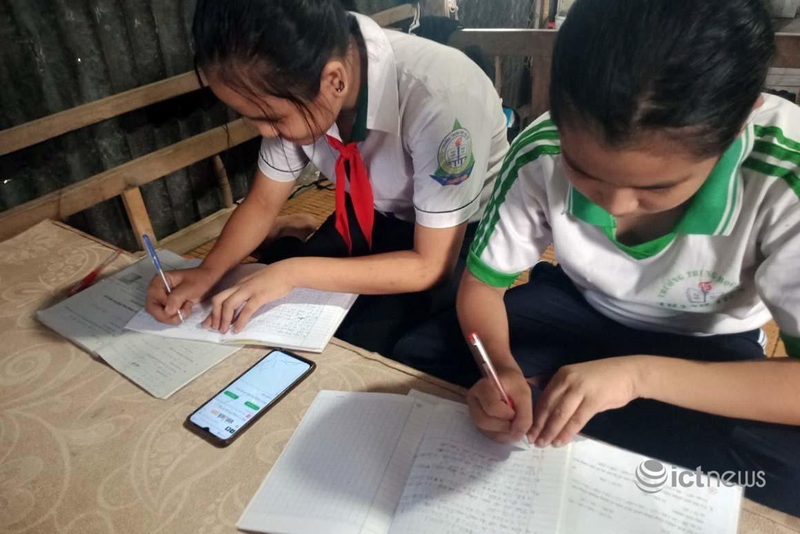 Thêm 3.300 học sinh khó khăn được hỗ trợ máy tính bảng để học trực tuyến