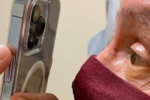 Dùng iPhone 13 Pro Max để khám mắt cho bệnh nhân