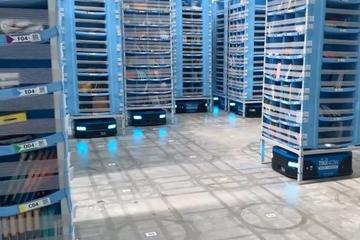 Rô-bốt tự động lấy hàng trong kho của sàn thương mại điện tử Việt