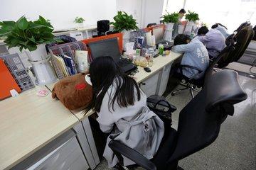 Nhân viên công nghệ Trung Quốc tiết lộ số giờ làm việc kinh hoàng